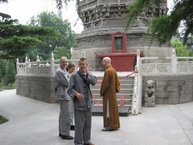 Samling framför pagoden