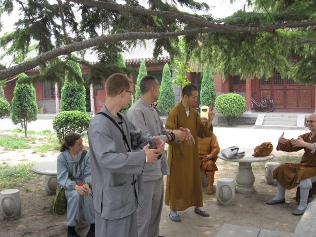 Samtal med vår guide, en munk från Bailin